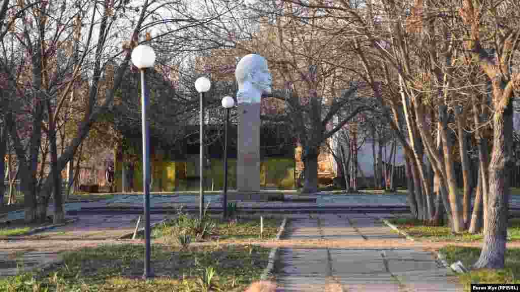 Бюст Леніна у центрі села