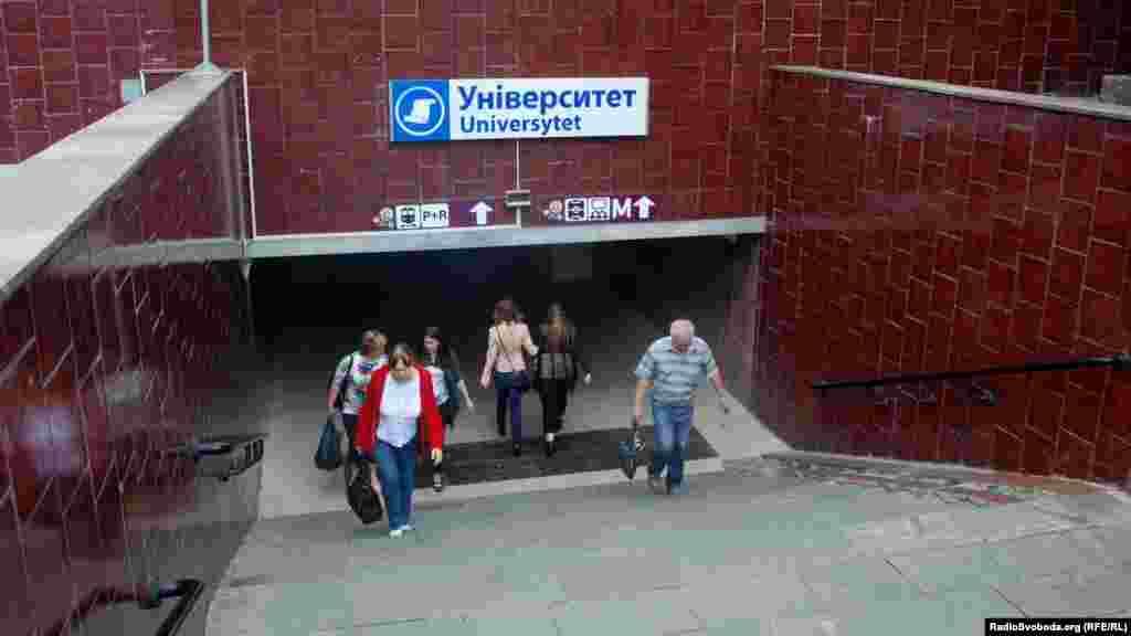 Дороговкази для гостей міста при вході до станції метро «Університет» (фото О. Овчинникова)