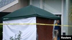 Агент ФБР входит в дом, где жил Ибрагим Тодашев