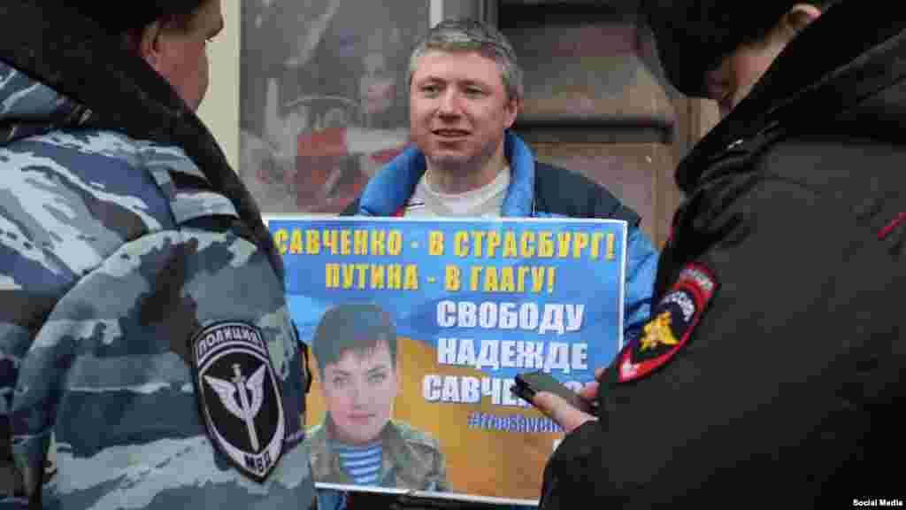 «Савченко в Страсбург, Путіна в Гаагу!». Акція на підтримку української льотчиці Надії Савченко в російському Петербурзі, 6 березня 2016 року