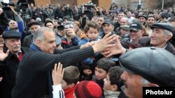 Armenia - Opposition leader Raffi Hovannisian greets supporters in Ashtarak, 23Feb2013.