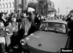 Западные берлинцы приветствуют восточных. 10 ноября 1989 года.