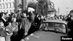 Західні німеці вітають східних, які приїхали до Західного Берліна 10 листопада 1989 року.