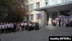 Кырымтатар балалары күпчелектә укыган гимназиядә 1 сентябрь бәйрәме.