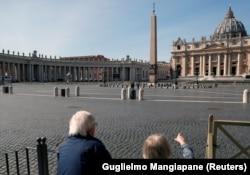 Безлюдна через обмеження площа Святого Петра, Рим/Ватикан, 10 березня 2020 року