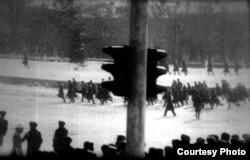 Молодые люди бегут на площади в Алма-Ате. Декабрь 1986 года.