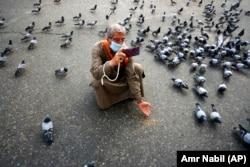 Одинокий мусульманский паломник в Мекке. Май 2020 года