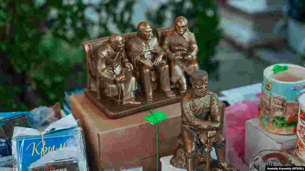 Так само як і мініатюру пам'ятника Вінстону Черчиллю, Франкліну Рузвельту і Йосипу Сталіну, а також російському імператору Олександру III