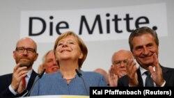 Ангела Меркель ва унинг сафдошлари сайловнинг дастлабки натижаларини қониқиш билан қабул қилди.
