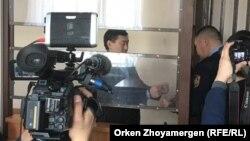 С Сырыма Абдрахманова снимают наручники.