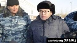 Астаналық белсенді Мейрам Дүйсенов (оң жақта). Астана, 6 ақпан 2015 жыл.