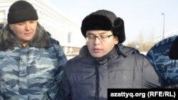 Полицейские задерживают активиста Мейрама Дуйсенова, вышедшего на акцию в поддержку журнала ADAM bol. Астана, 6 февраля 2015 года.