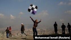 آرشیف، کاغذپرانی کودکان و نوجوانان در بلندهای کابل