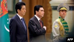 Јапонскиот премиер Шинзо Абе со туркменистанскиот претседател Гурбангули Бедимухамедов.