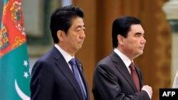 Премьер-министр Японии Синдзо Абэ (слева) и президент Туркменистана Гурбангулы Бердымухамедов во время церемонии в Ашгабате. 23 октября 2015 года.