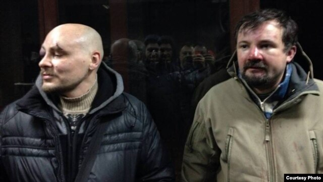 Журналісти Радіо Свобода Дмитро Баркар (ліворуч) і Ігор Ісхаков, які були затримані та побиті «беркутівцями» під час ведення прямої трансляції з вулиці Грушевського у Києві, 20 січня 2014 року