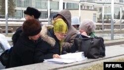 Заемщики ипотечных кредитов стоят недалеко от правительственных зданий в Астане. 7 апреля 2015 года.
