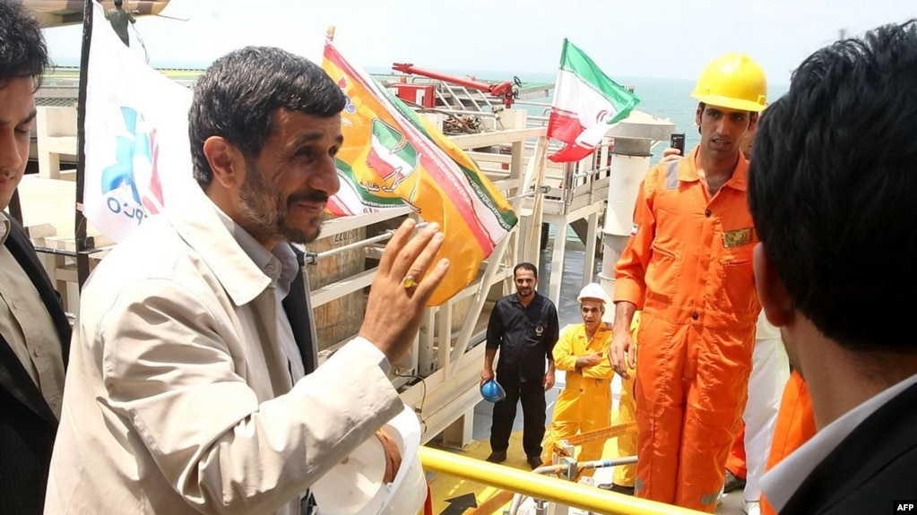 A picture released by the Iranian President's website shows President Mahmoud Ahmadinejad (l) visiting his country's first offshore oil platform in the Caspian Sea, on July 24, 2009. AFP PHOTO/IRANIAN PRESIDENCY / AFP PHOTO / IRANIAN PRESIDENCY