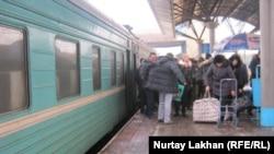 На перроне вокзала в Алматы. Иллюстративное фото.