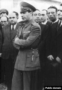 محمد رضا شاه در جریان بحران آذربایجان، به رغم جوانی تلاش کرد تا نخستوزیر را تحت فشار بگذارد.