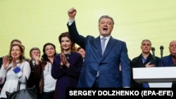 Петр Порошенко выступает в своем штабе после поражения во втором туре выборов