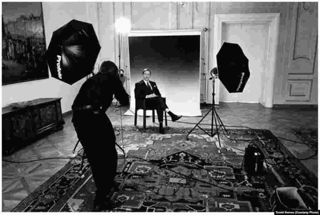 A photographer takes an official portrait of the Czechoslovak head of state in 1992.