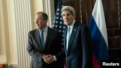 Госсекретарь США Джон Керри (справа) и министр иностранных дел России Сергей Ларов. Лондон, 14 марта 2014 года.