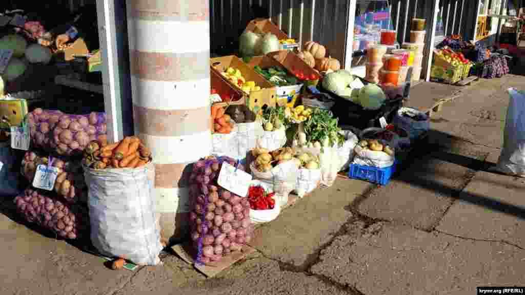 У листопаді на ринку вдосталь овочів і фруктів. Вибір – на будь-який смак, ціни різняться. У цій торговій точці, наприклад, ціни на картоплю варіюються від 35 до 65 рублів (від 13 до 24 гривень)