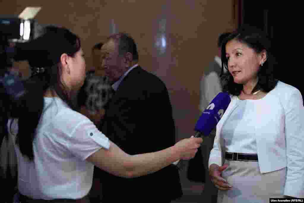 """Директор радио """"Азаттык"""", Кыргызской службы РСЕ/РС Венера Джуматаева дает интервью журналистам Общественного телевидения"""