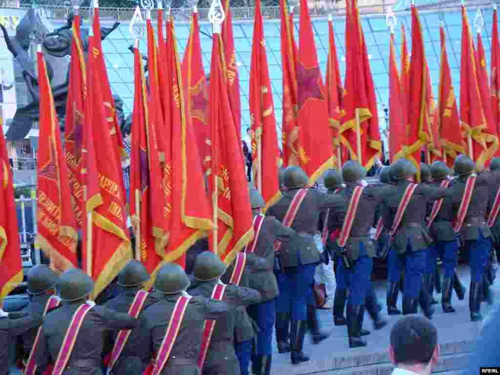 На параді представлять 60 бойових прапорів з'єднань та військових частин, які брали участь у звільненні України та країн Східної Європи.