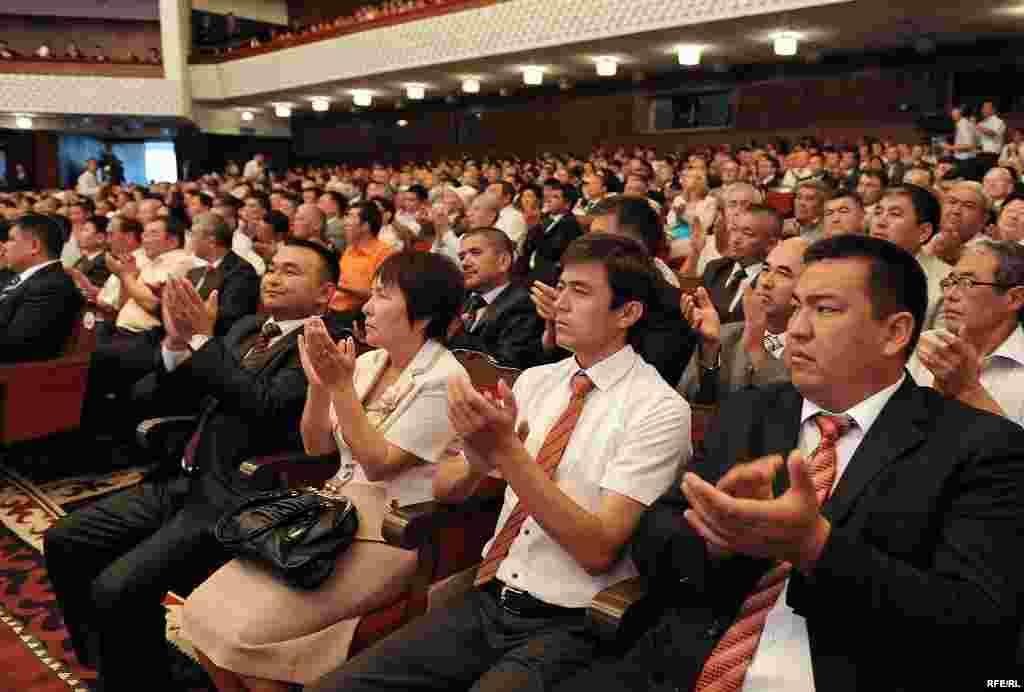 Ант берүү аземине Кыргызстандагы дипломатиялык миссиялардын өкүлдөрү, журналисттер, белгилүү саясатчылар, коомдук ишмерлер чакырылган. Ант берүү аземи УТРК аркылуу түз көрсөтүлдү.
