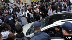 После того, как парижские студенты стали блокировать автомагистрали, в спор о пенсионной реформе вмешалась полиция