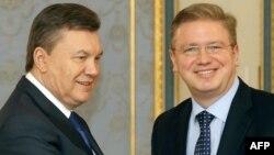 Президент Виктор Янукович жана Евробиримдикти кеңейтүү боюнча комиссар Штефан Фүле. Фүле Раданын чечиминен соң Киевге белгиленген иш сапарынан баш тартты.