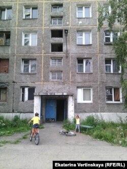 Здание, в котором живут бывшие работники военного училища в Иркутске