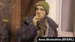 Антон Романов курит после острой дискуссии об «Ополченцах»