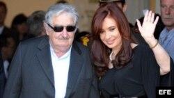 Аргентиналъул президент Кристина Киршнер ва Уругваялъул вукIарав президент Хосе Мухика Монтевидеоялда