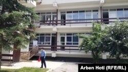 Një polic pranë Klinikës Infektive. Prishtinë, 5 korrik, 2020.