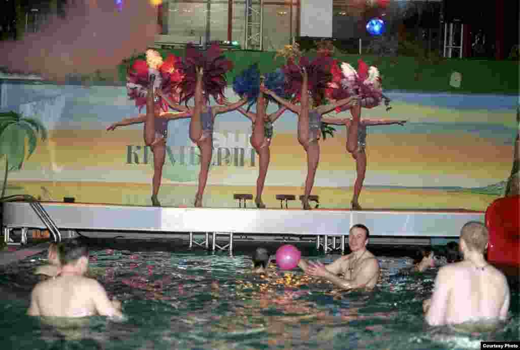 Посетители бассейна бизнес-отеля, Сочи, 1996.
