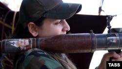 Suriya ordusunun qadın hərbçisi
