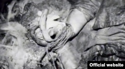 Связанные руки Людмилы Цервановой. Веревка была уничтожена до пересмотра дела, а с ней и следы ДНК, которые могли бы помочь точно узнать об убийце
