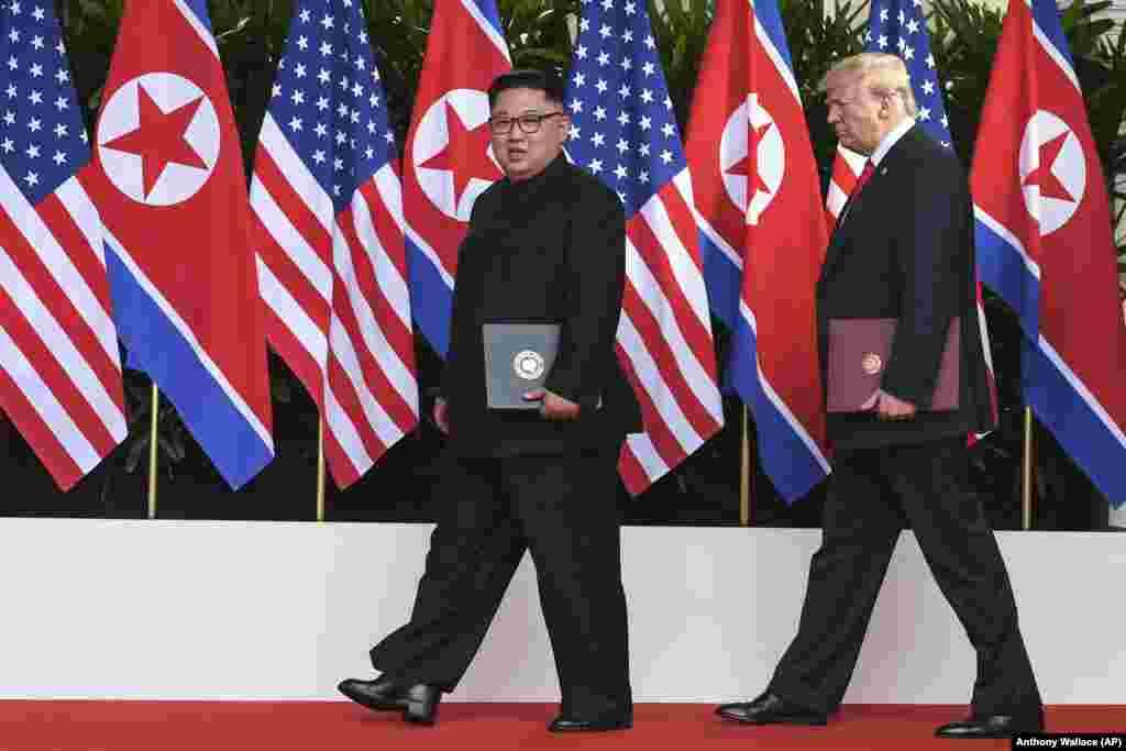 Дональд Трамп и Ким Чен Ын во время церемонии подписания Декларации.