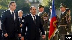 المالكي ونظيره التشيكي نيـﭽاس يستعرضان حرس الشرف في براغ