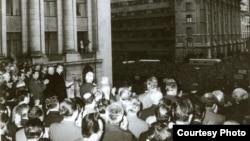 Nicolae Ceauşescu, Ion Gh. Maurer, P. Niculescu-Mizil şi ceilalţi membri ai CC. al PCR, la adunarea populaţiei din Capitală, protestând împotriva evenimentelor din Cehoslovacia.(21 august 1968) Sursa: Fototeca online a comunismului românesc; cota:176/1968