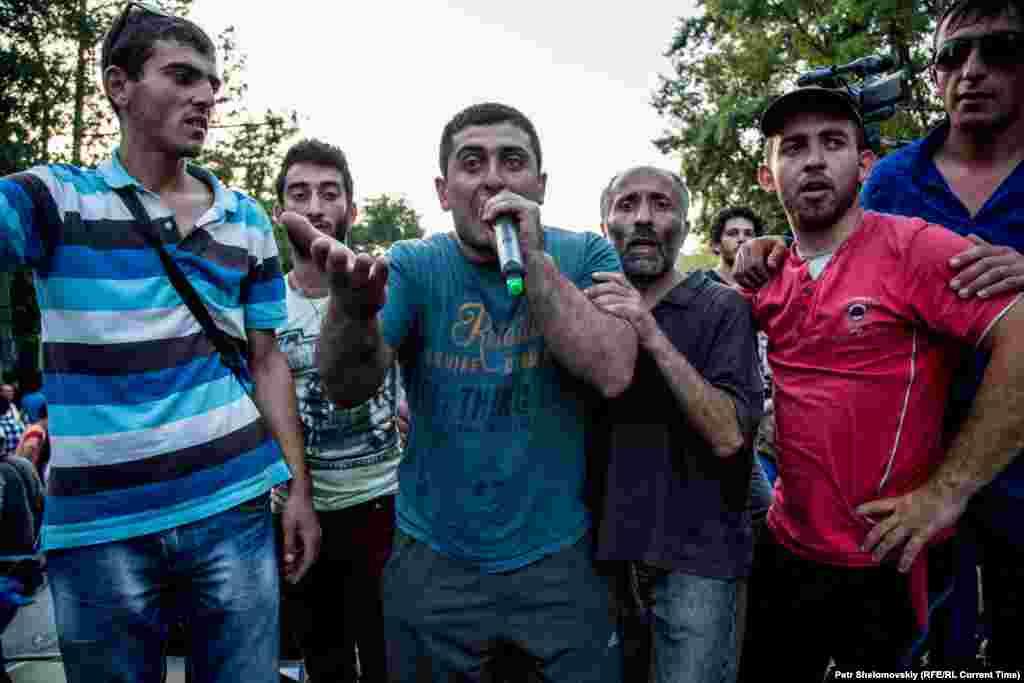 Поліція була готова розтягнути колючий дріт у випадку, якщо люди почнуть нападати на співробітників поліції Фото від 28 червня з проспекту Баграмяна