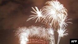 در سیدنی دهها هزار نفر شاهد نور افشانی و آتش بازی شب سال نو بودند.