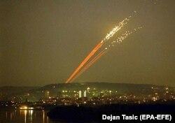 Sulmet ajrore të NATO-s mbi caqet e ushtrisë serbe. Beograd, 27 maj, 1999.
