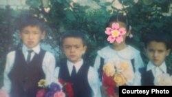 Навруз Искандеров в детстве (первый слева)