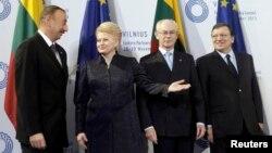 По словам эксперта, Азербайджан фактически отвергает всякие интеграционные процессы и имитирует или открыто саботирует членство в международных организациях, а с некоторыми из них вообще отвергает сотрудничество