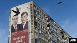 Лидеры двух крупнейших румынских партий: социал-демократической - Виктор Понта и национальной либеральной партии – Крин Антонеску - на предвыборном плакате в Бухаресте