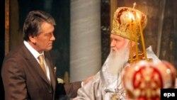 Глава Украинской православной церкви патриарх Филарет благословляет президента Украины Виктора Ющенко